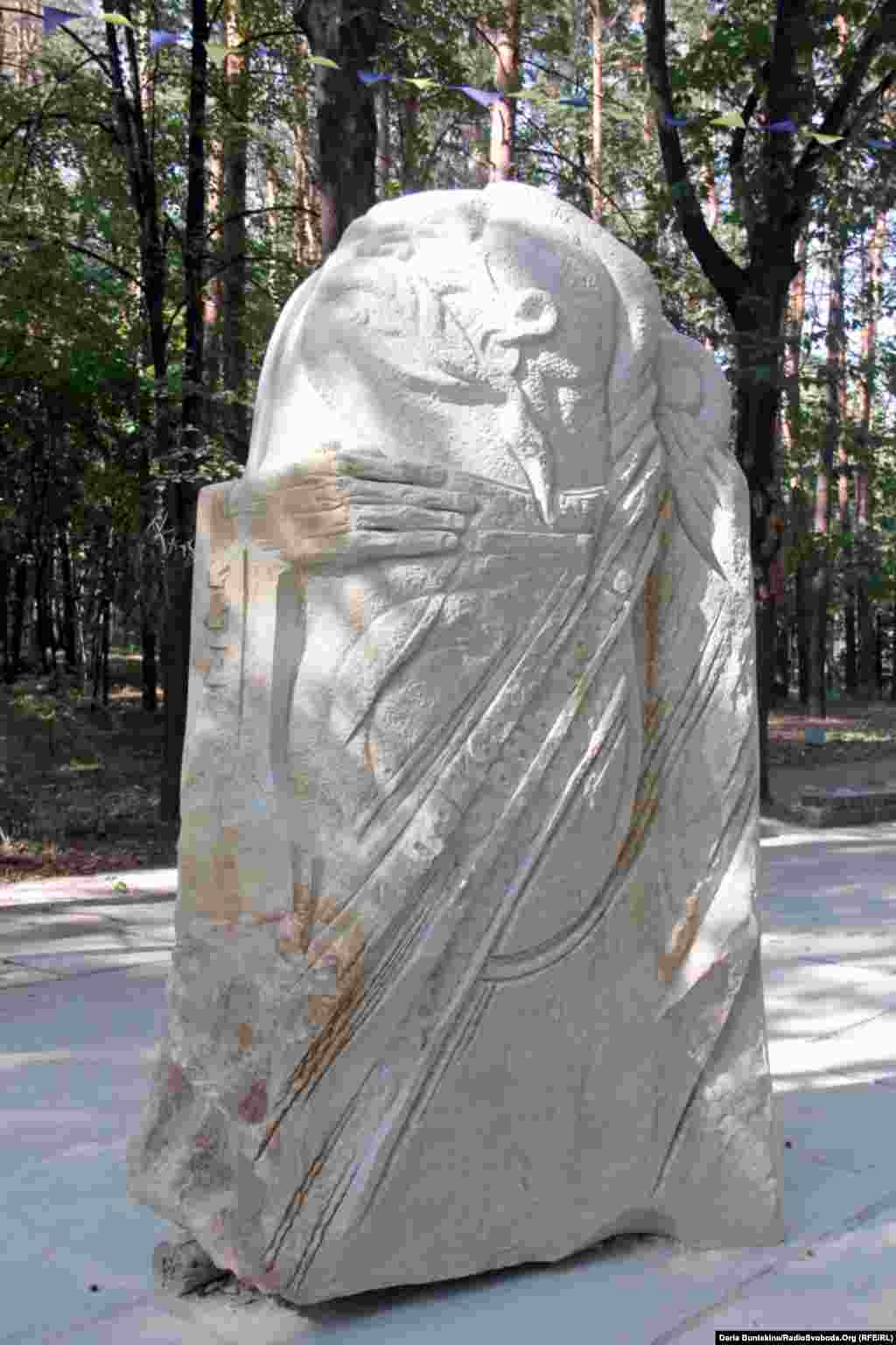 «Бандурист» черкаських скульпторів Миколи Теліженка та Юрія Олійника. Скульптура-переможець, яка здобула одне з відразу двох перших місць