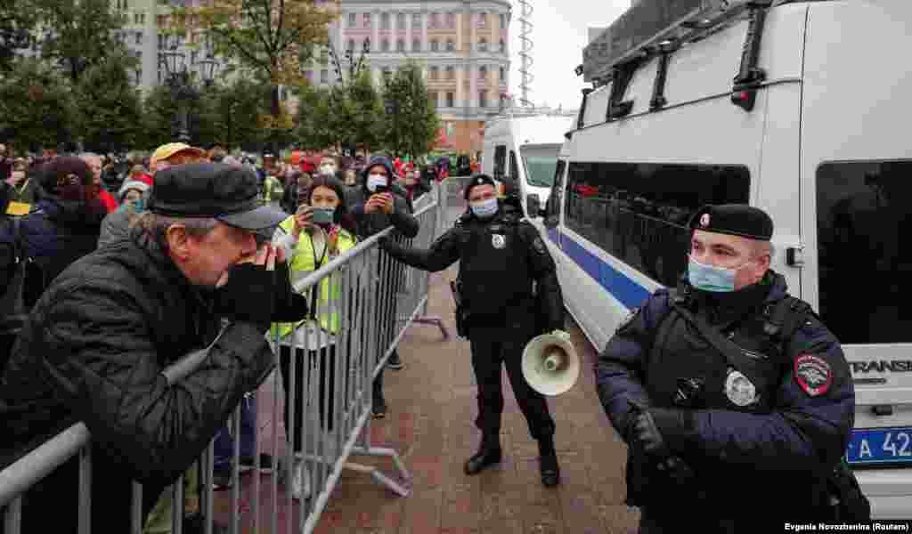 """Перед мероприятием полиция оцепила Пушкинскую площадь, а также остановила микроавтобус с оборудованием горкома КПРФ. Уже во время акции силовики включали песни, в частности """"Дядя Вова, мы с тобой"""""""