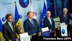Ministrul ucrainean de externe, Dmitro Kuleba (stânga), ministrul moldovean de externe, Aureliu Ciocoi, ministrul georgian de externe, Davit Zalkaliani, și șeful diplomației europene, Josep Borrell