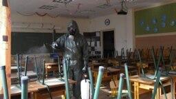 A székesfehérvári vegyvédelmi zászlóalj katonája fertőtleníti az egyik osztálytermet a soroksári Török Flóris Általános Iskolában 2020. október 28-án.
