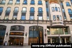 A Pandora-iratok szerint ez a 66,5 millió font értékű irodatömb az elegáns londoni Mayfair negyedben található Conduit Streeten Alijev azeri elnök családjáé. Az ingatlant 2018-ban vásárolták egy Brit Virgin-szigeteki cégen, a Hiniz Trade & Investmenten keresztül