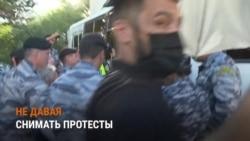 С зонтом — против журналистов