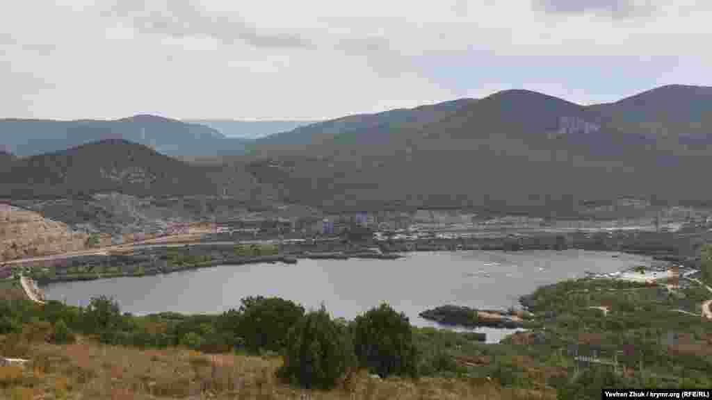 Искусственное озеро у горы Гасфорта российское правительство Севастополя рассматривает в качестве одного изрезервных источников водоснабжения– в засушливом 2014 году отсюда уже перебрасывали воду в обмелевшее Чернореченское водохранилище