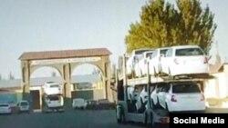 Дон омборига олиб кетилаётган янги автомобиллар (видеодан скриншот)