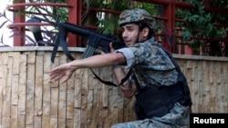 یکی از سربازان اردوی لبنان که بهسوی محل تظاهرات تیراندازی کرد.
