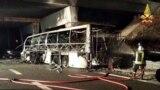Egy tűzoltó oltja a kiégett buszt, miután a jármű balesetet szenvedett az A4-es autópályán Verona East közelében 2017. január 21-én