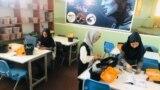 شماری از دختران در حال ساختن ربات در هرات