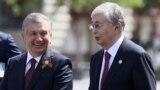 Президент Узбекистана Шавкат Мирзиёев (слева) и президент Казахстана Касым-Жомарт Токаев на параде в честь 75-летия победы во Второй мировой войне. Москва, 9 мая 2020 года