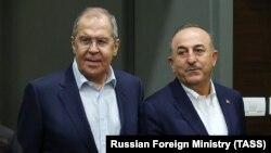 سرگی لاوروف، وزیر خارجه روسیه (چپ) و مولود چاوش اوغلو، وزیر خارجه ترکیه