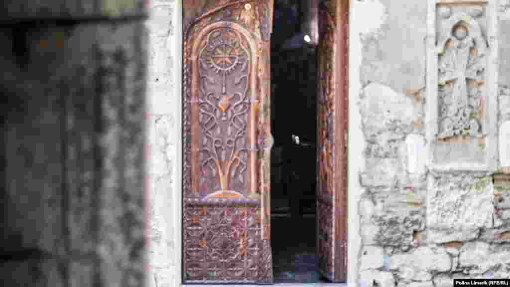 Відкриті двері вірменської церкви Сурб Саркіс, на території якої розташована могила Айвазовського