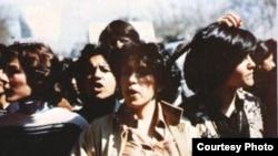 Ислам революциясын қолдайтындығын білдіріп көшеге шыққан бір топ ирандық. Ақпан, 1979 жыл.