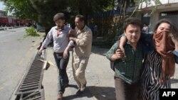 Кабулдың орталығында болған жарылыстан зардап шеккендерді әкетіп барады. 31 мамыр 201 жыл.
