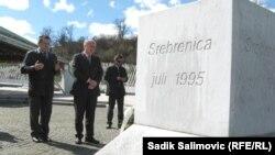 Валентин Инцко у мемориала памяти жертв массовых убийств в Сребренице. 2013 год