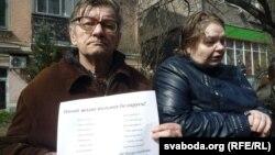 Бацькі забітага на Майдане Міхася Жызьнеўскага