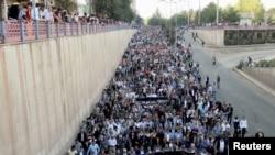 Люди участвуют в марше протеста из-за двойного теракта в Анкаре, который убил до 128 человек. Диярбакыр, Турция, 11 октября 2015 года
