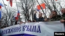 Проросійські активісти біля парламенту Криму, 27 лютого 2014 року