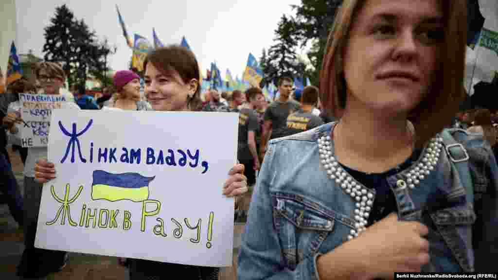Для України питання гендерної рівності не нове. Чотири року тому президент Петро Порошенко поставив підпис під економічною частиноюУгоди про асоціацію з Євросоюзом. Серед іншогоУкраїна зобов'язалася поступово наблизити своє законодавство та умови праці до стандартів ЄС та імплементувати європейські директиви щодо трудового законодавства