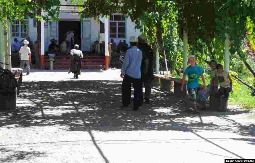 """Центральный вход мечети """"Нуъмон"""" в Баткене"""