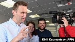 Алексей Навальный қамаудан шығып, журналистерге сұхбат беріп тұр. Мәскеу, 7 шілде 2017 жыл.