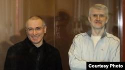 Михаил Ходорковский (слева) и Платон Лебедев