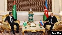 Prezidentlər İlham Əliyev (sağda) və Gurbanguly Mukhammedov