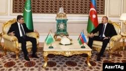Президенты Туркменистана и Азербайджана Г.Бердымухамедов (слева) и Ильхам Алиев (справа)