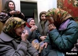 Жительницы села Бутан оплакивают смерть 32-летнего Руслана Албаркова и его двоюродного брата 17 января 1995 года