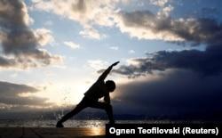 """""""Ni 'pozdrav suncu' ni 'poza ratnika', dva najosnovnija pokreta u jogi, ne pojavljuju se ni u jednom indijskom drevnom tekstu"""": Michelle Goldberg, autorka knjige o Indri Devi"""