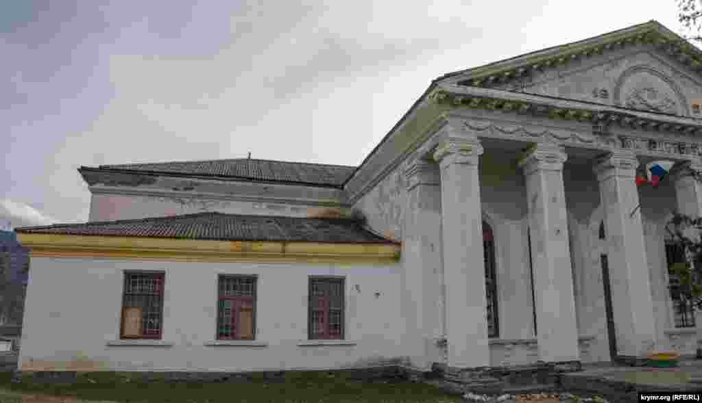 Дом культуры в Плотинном (тогда оно называлось Отрадное) построили в 1960 году. Левое крыло сельского очага культуры – бывшая мечеть, где предварительно снесли минарет