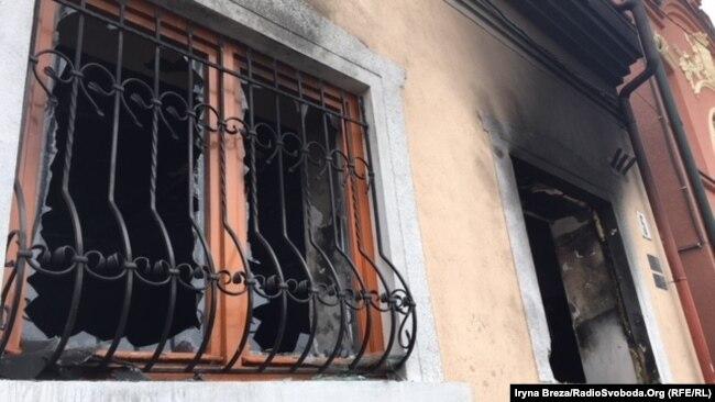 Угорський Культурний центр після підпалу. Слідство встановило причетність кількох громадян Польщі з проросійськими симпатіями. Ужгород 27 лютого 2018 року