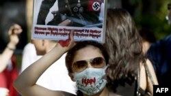 عکس یکی از معترضان در مقابل سفارت ایران در استکهلم