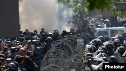 Armenia - Opposition protesters clash with riot police in Yerevan, 16 April 2018.