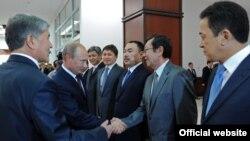 Президент Атамбаев Орусия башчысы Путинге Кыргызстандын бийлик төбөлдөрүн тааныштырууда. Бишкек, 20-сентябрь, 2012.