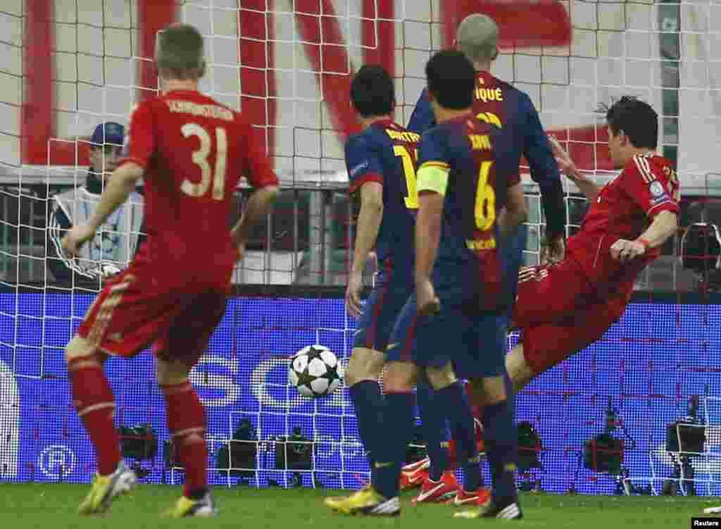 Mario Gomez 2-ci topu Baselonanın qapısında keçirir.