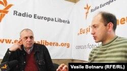 Petru Bogatu și Eugen Revenco în studioul Europei Libere