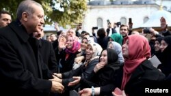 Türkiyə prezidenti Recep Tayyip Erdogan (solda) İstanbulda öz tərəfdarları qarşısında, 2 noyabr 2015