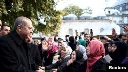 Режеп Тайып Эрдоган Стамбулдагы мечитте аны куттуктап жаткан жактоочулары менен. 2-ноябрь, 2015-жыл.