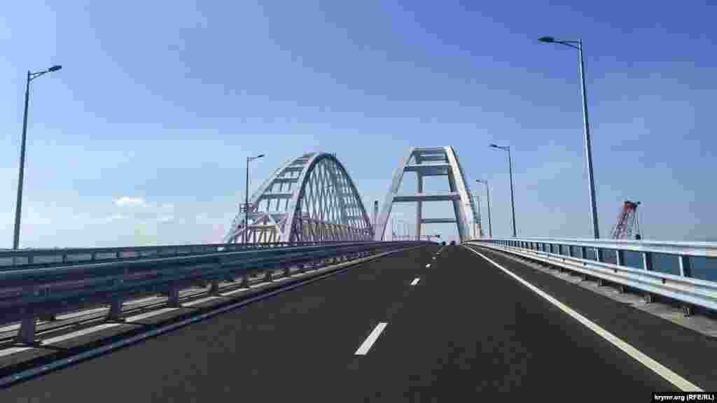 Вранці 16 травня десятки учасників мотопробігу на честь запуску руху по споруджуваному Керченському мосту порушили правила дорожнього руху і зупинилися на арковому прольоті, щоб зробити селфі