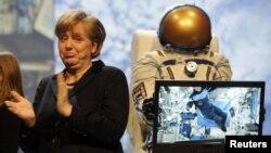 Ангела Меркель на открытии выставки