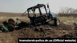 Ілюстраційне фото. Залишки трактора після наїзду на міну. Село Верхньоторецьке Ясинуватського району Донецької області. 3 квітня 2017 року