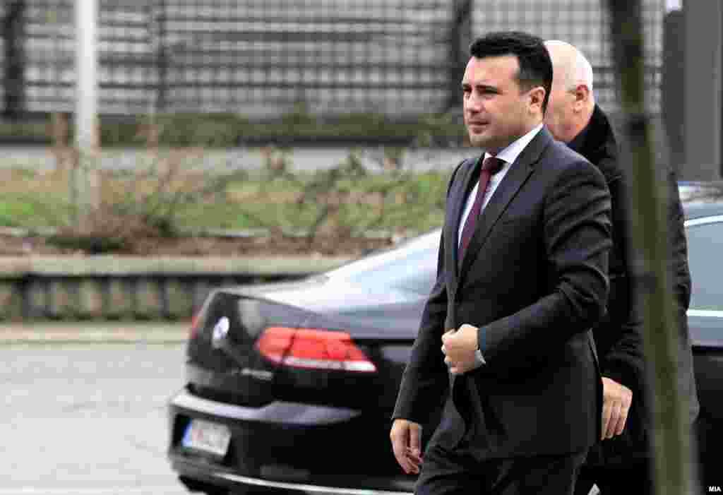 МАКЕДОНИЈА - Премиерот Зоран Заев рече дека во однос на евентуален договор со Грција треба да се држиме до меѓународната пракса, а за идентитетот нагласи дека не може да се разговара.