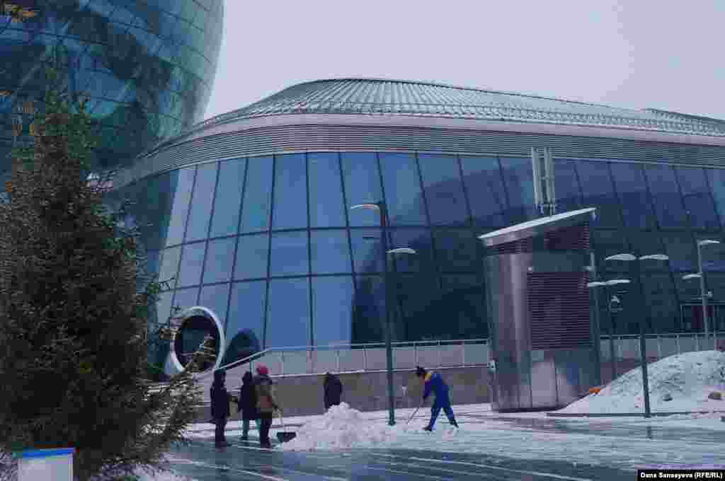 """EXPO территориясында """"Астана"""" халықаралық қаржы орталығы, """"Болашақ энергиясы"""" халықаралық орталығы және IT-стартап халықаралық саябағы ашылады деп жоспарланған. Бірақ, әзірше тек мұз айдыны төңірегінде ғана дайындық жұмыстары байқалады. Өзге павильондардың маңында қар тазалаушылардан басқа ешкім көрінбейді."""