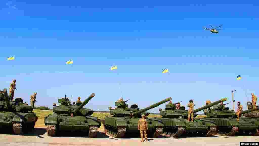 Під час церемонії передачі нової зброі та техніки Збройним Силам України на авіабазі в Чугуїв, Харківської області, 22 серпня 2015 року