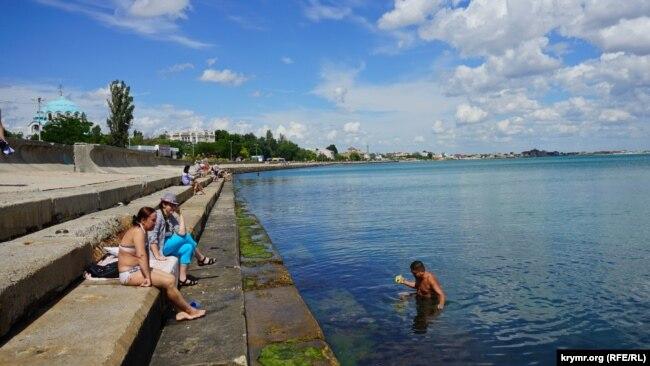 Евпатория, 15 июня 2017 года. На реконструированной набережной имени Терешковой