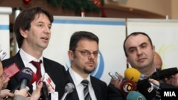 Вицепремиерите Зоран Ставрески и Владимир Пешевски и претседателот на Сојузот на стопански комори Златко Калеников .