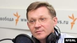 """Владимир Рыжков: """"Виктор Шендерович сказал, что не может считаться нормальной страна, где люди без высшего образования запихивают в автозаки людей с высшим образованием. Это совершенно точно"""""""