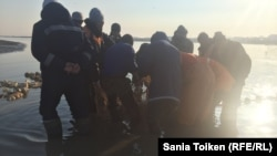 Рыбаки на реке Урал.