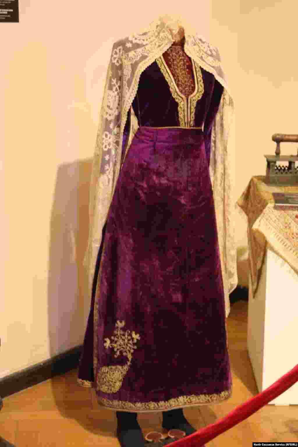 Это бархатное платье изготовлено в XX веке. Предназначалось для молодой девушки.