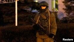 Ուկրաինա, Ղրիմ - Զինված անձը հերթապահում է Սիմֆերոպոլի օդանավակայանի մոտ, 28-ը փետրվարի, 2014թ․