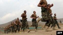 Rekrutët e ushtrisë afgane gjatë një stërvitjeje